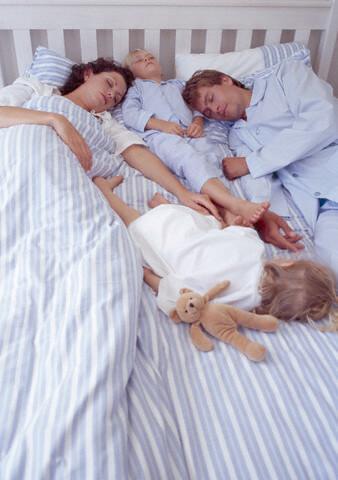 toda la familia duerme junta en la misma cama