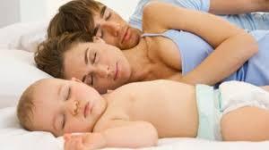 bebe que duerme en colecho con los padres