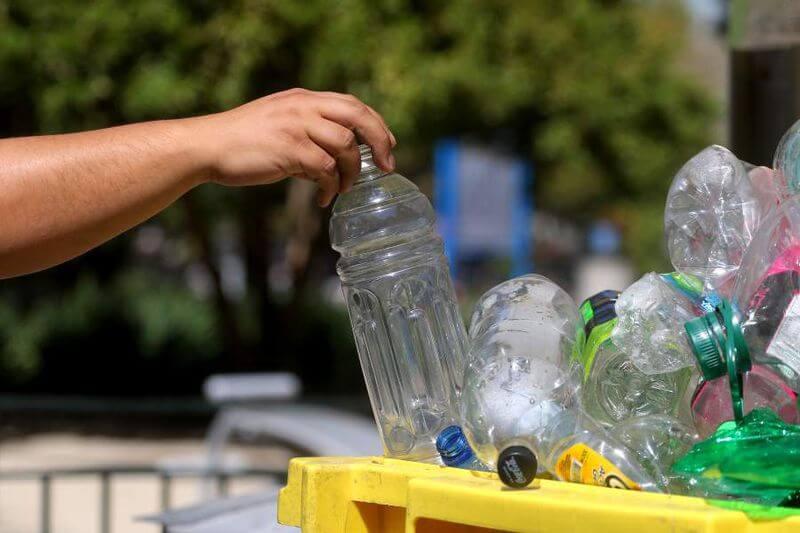 reutiliza el vidrio y recicla el plástico