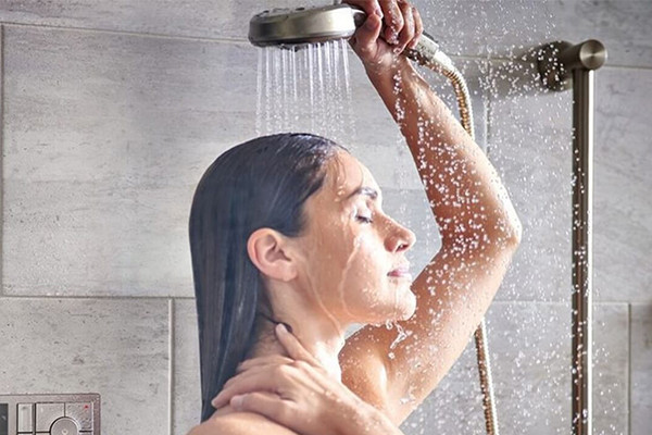 ¿Es mejor ducharse por la mañana o por la noche?